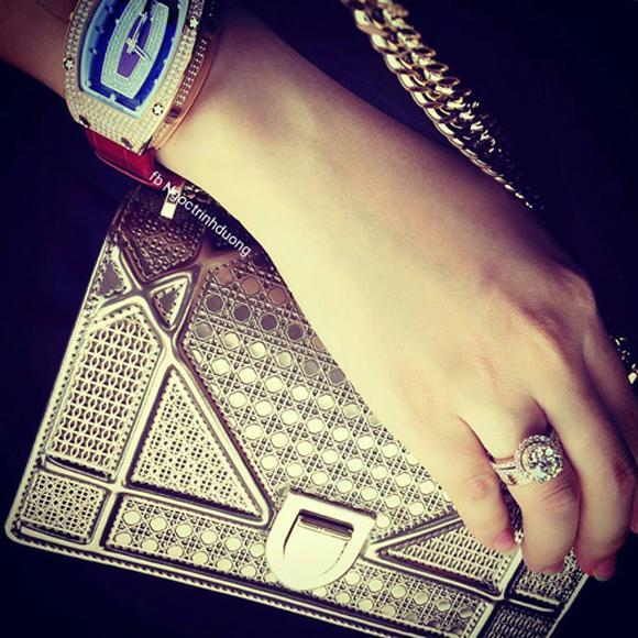 Túi hiệu Dior, nhẫn kim cương và đồng hồ xa hoa.