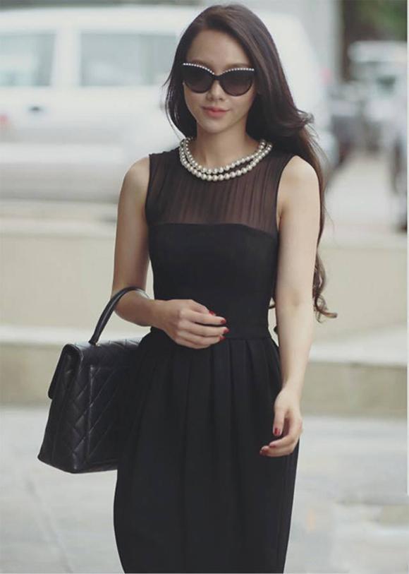 Minh Hà sang chảnh và dịu dàng trong bộ váy đen kết hợp túi Chanel đồng điệu.