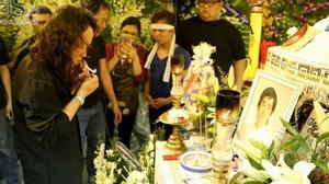 Nhật Hào đốt điếu thuốc cho Minh Thuận ngay khi trở về