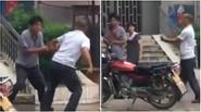 Hai người đàn ông và màn kungfu đường phố xấu nhất mọi thời đại