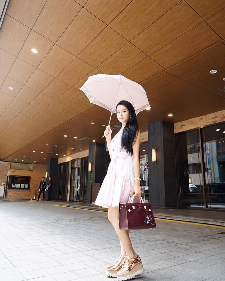 Ở một hình ảnh khác cô lại dịu dàng với váy hồng nhẹ nhàng.