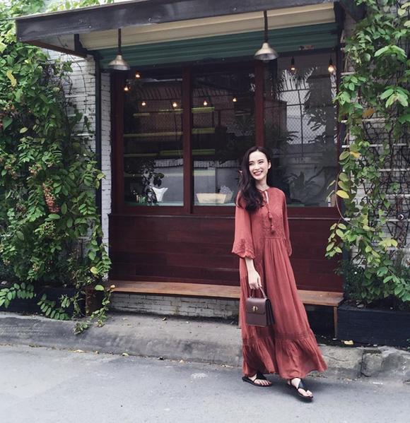Angela Phương Trinh không cần hở hang, khoe da thịt vẫn cuốn hút người xung  quanh. Chiếc váy maxi dài kết hợp với xăng đan bệt và túi nhỏ xinh tạo nên cho cô vẻ ngoài vô cùng duyên dáng.