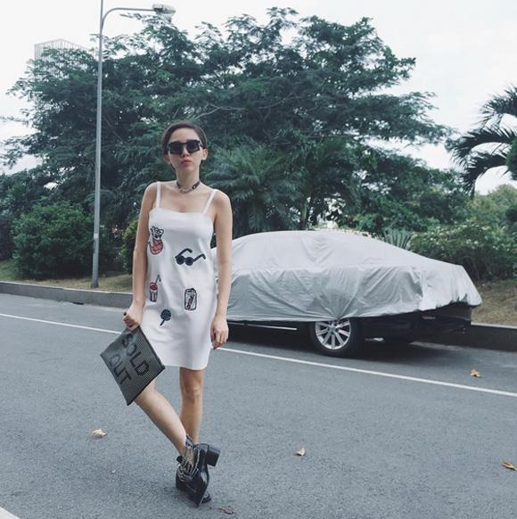 Tóc Tiên trẻ trung và nhí nhảnh trên đường phố với chiếc váy dây dáng suông màu  trắng, họa tiết đáng yêu. Tuy nhiên, đây là chiếc váy mà trước đó Minh Hằng,  Hà Hồ từng mặc.