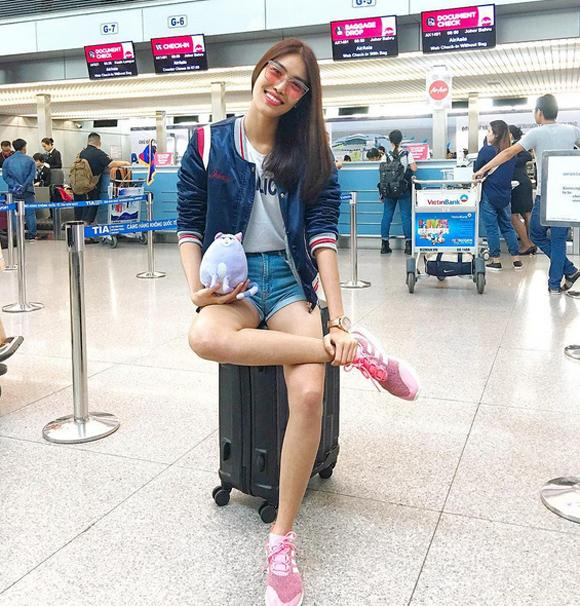 Lan Khuê năng động và sành điệu ở sân bay với quần jeans kết hợp áo phông. Cô còn mix thêm chiếc áo khoác bomber hiệu Gentle Monster và đôi giày Addidas.