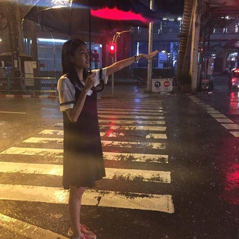 Lan Khuê trên đường phố Thái Lan: Bangkok mưa như trút nước, ướt như chuột lột.  Đón 1800 chiếc taxi mới có chiếc chở cho về. Chạy trời không khỏi mưa.