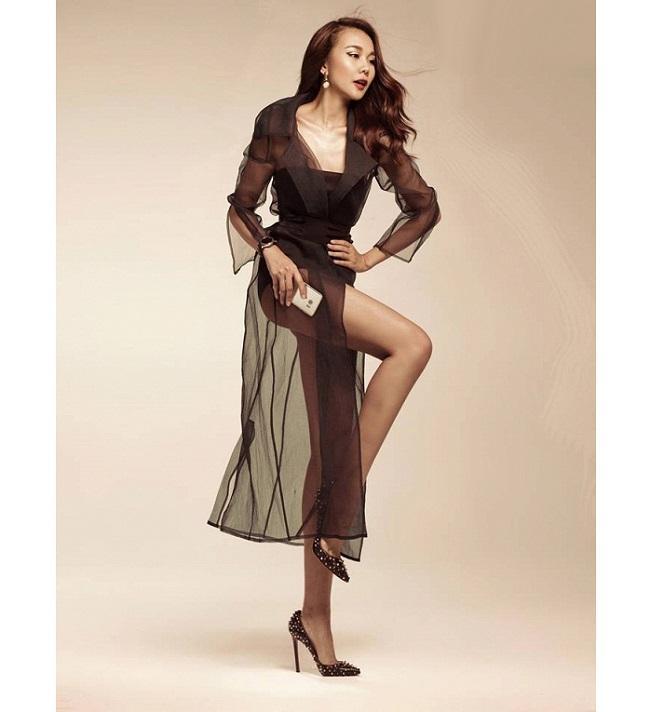 Đôi chân dài miên man, đắt giá, cũng giúp người đẹp nhiều năm liền đảm nhận vị trí vedette trên sàn catwalk.