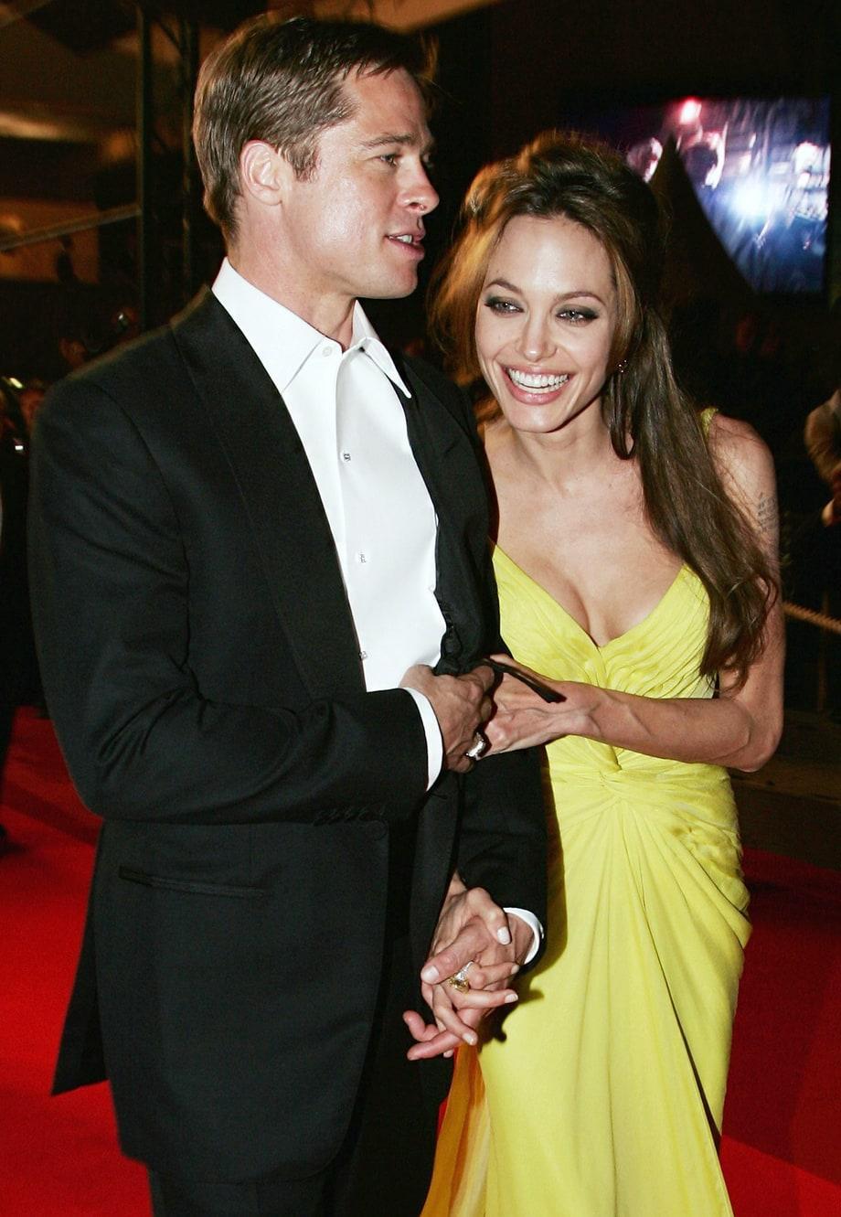 Kể từ đó, cặp đôi nổi tiếng Hollywood này bước đi trên con đường đầy chông gai và sóng gió dư luận