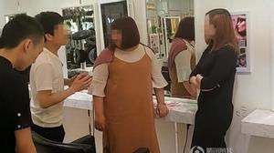 Chỉ vì tranh chỗ ngồi trong tiệm làm tóc, mỹ nữ sẵn sàng vung 6,7 tỷ để mua cả cửa hiệu