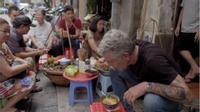 Đầu bếp Mỹ nổi tiếng mê mệt bún ốc vỉa hè Hà Nội