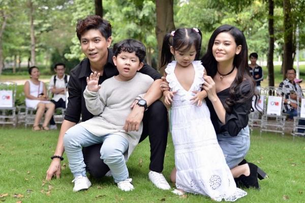 Con trai Trương Quỳnh Anh, con gái Xuân Lan lém lỉnh đi catwalk cùng bố mẹ
