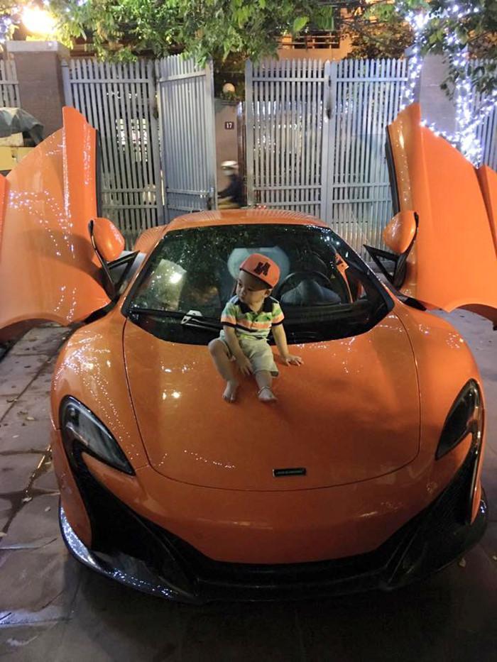 Vào tháng 4 vừa qua, giới chơi siêu xe nức lòng khi Ngọc Thạch đăng tải hình ảnh bé  Jacky nhà Ngọc Thạch - Đỗ Bình Dương