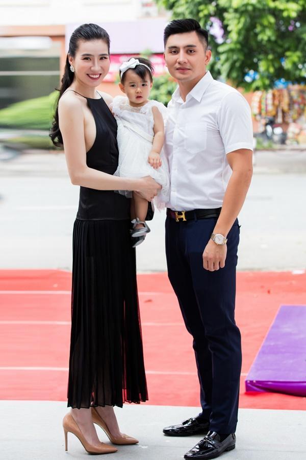 Thư Huyền bên ông xã và con gái.