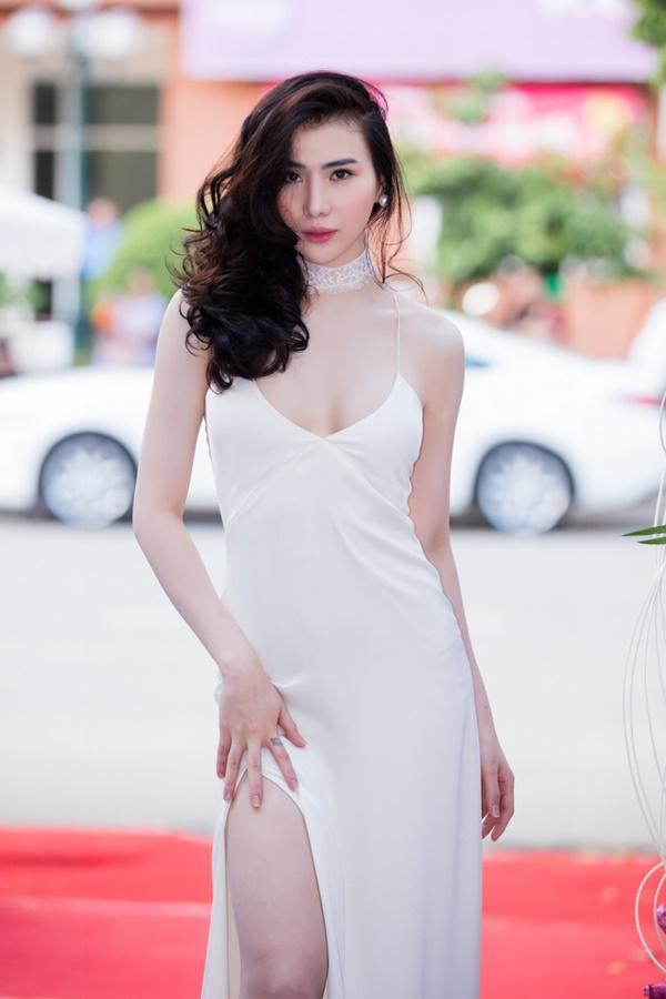 Em gái của chân dài Thư Huyền là Huyền Thư - mỗi người một vẻ, trong khi cô chị lựa chọn vẻ bí ẩn đen tuyền thì cô chị lựa chọn đầm xẻ cao khoe tối đa vẻ sexy.