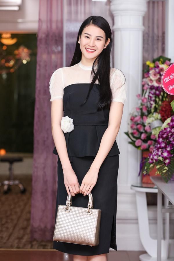 Người mẫu Phan Hà Phương cũng tham gia sự kiện, cô thu hút sự chú ý vẻ thanh lịch, nhã nhặn.