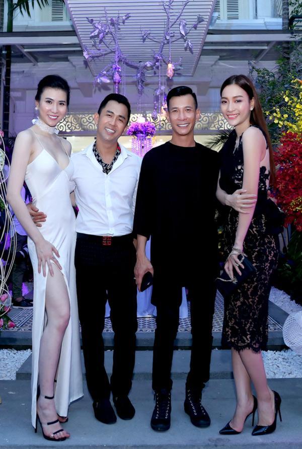 Hai chuyên gia trang điểm thân thiết Tony Nguyễn và Kenny Thái cùng chân dài Huyền Quỳnh cũng có mặt tại sự kiện bên cạnh người mẫu Huyền Thư.