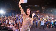 Đông Nhi selfie 'Đẹp kiệt xuất' trên sân khấu Galaxy J7 Prime