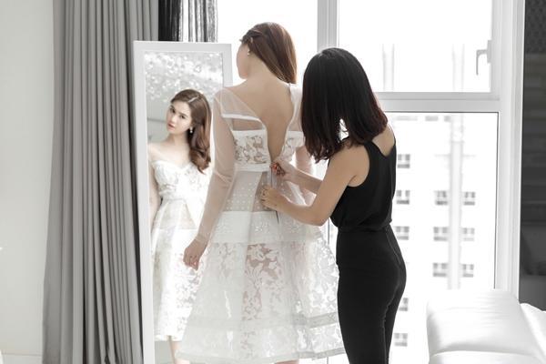 NTK Đỗ Long đã thiết kế cho Ngọc Trinh 3 bộ đầm dạ hội trắng tinh khôi làm bật lên nhan sắc ngây thơ, trong trẻo của cô, và khéo léo kết hợp với ren để khoe hờ hững đường nét cơ thể gợi cảm nổi tiếng của