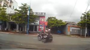 Sang đường không chú ý, hai cô gái gặp tai nạn nghiêm trọng