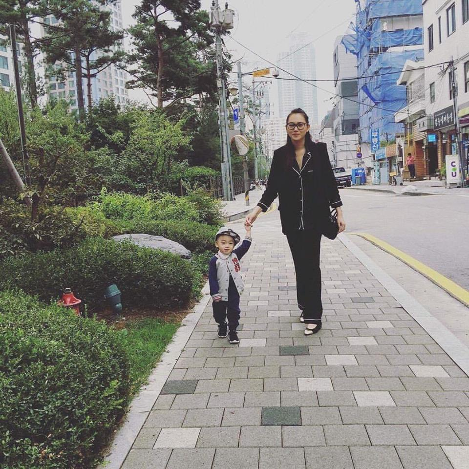 Ngọc Thạch cùng con trai đi dạo phố ở Hàn Quốc.