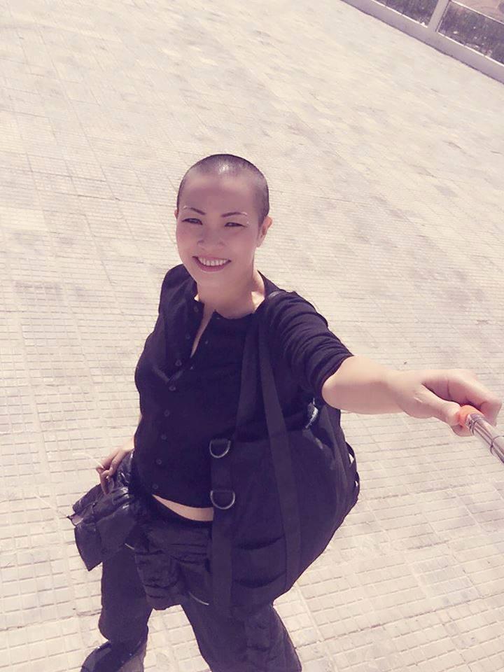 Ca sĩ Phương Thanh tự tin với mái đầu trọc lốc trên phố.