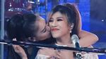 Thu Minh liên tục ôm hôn ăn mừng cùng Trang Pháp trên sóng truyền hình