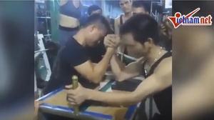 Thanh niên gãy gập tay vì chơi vật tay gây bão mạng vì quá rùng rợn