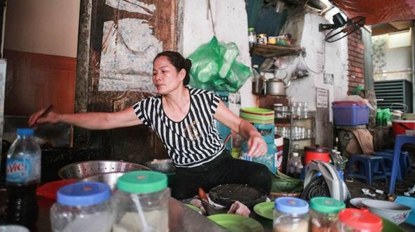 Quán bún đậu nổi tiếng phố Cát Linh: Ăn ở đây mà không nghe thấy tiếng chửi có khi lại mất vui!