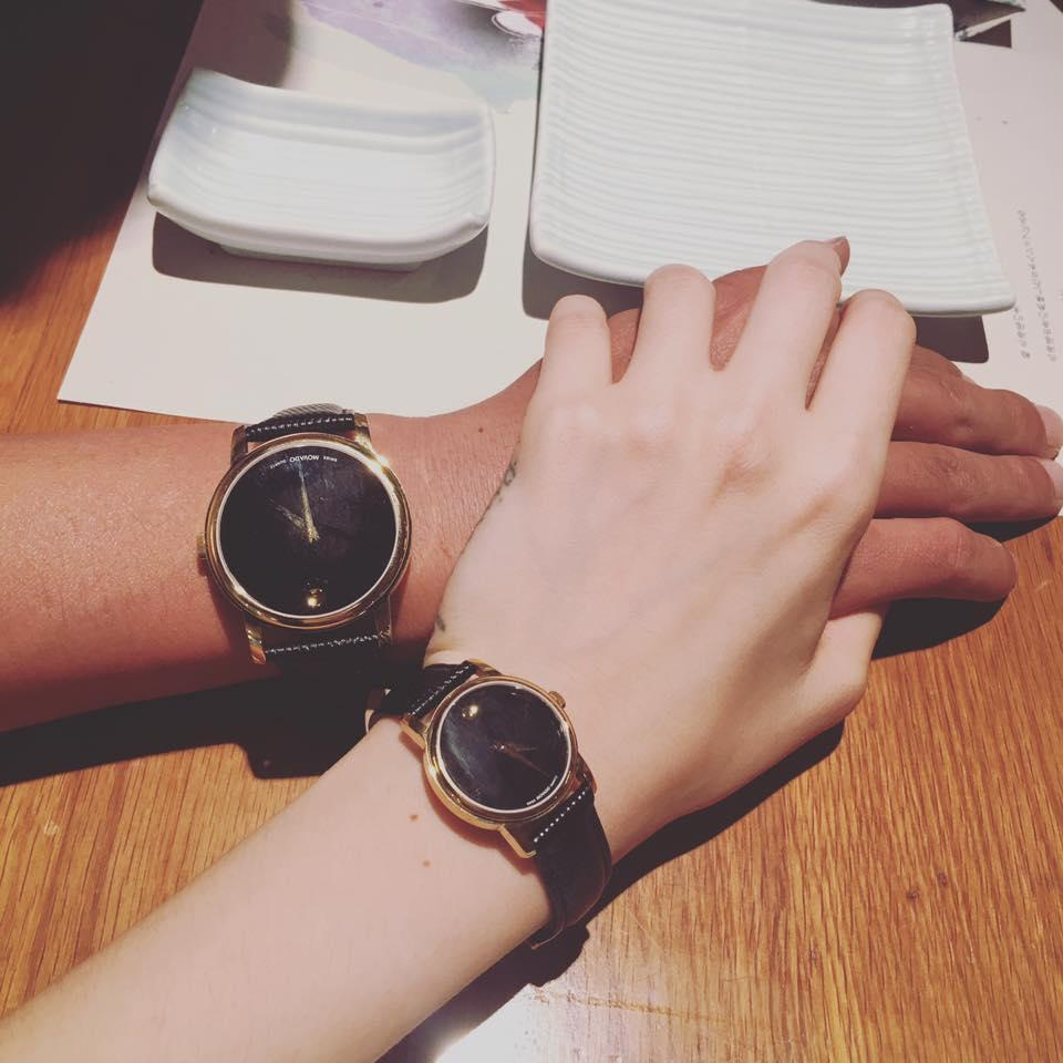 (2Sao) - Hồ Quang Hiếu khiến dư luận xôn xao khi chia sẻ cái nắm tay tình cảm cùng lời nhắn nhủ yêu thương với một cô gái.