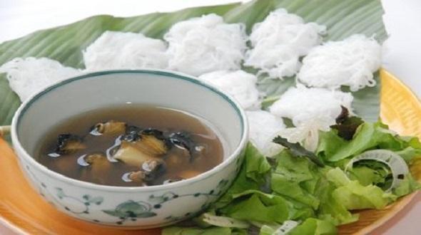 """Hàng bún ốc Hà Nội """"ngon phát hờn"""" khiến khách sẵn sàng ăn ở vỉa hè"""