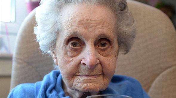 Hút 20 điếu thuốc mỗi ngày suốt 75 năm nay, cụ bà 102 tuổi vẫn khỏe re