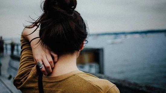 Cô đơn quá lâu, niềm tin vào hai chữ hạnh phúc chẳng còn nguyên vẹn nữa rồi...
