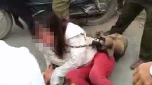 Hải Dương: Trộm chó, nữ cẩu tặc bị dân làng treo chó trên cổ