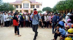 Người dân vùng lũ vui vẻ xếp hàng nhận quà của MC Phan Anh