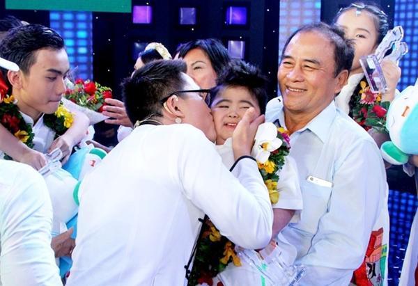 Kết quả hình ảnh cho bé Tin Tin vui sướng khi giành giải nhất