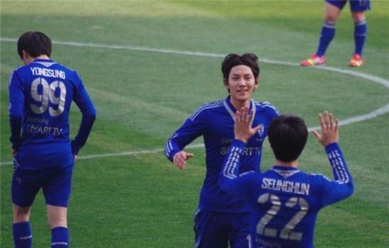 Ji Chang Wook từng tham gia đội bóng của các nghệ sĩ, đi thi đấu giao hữu từ thiện.
