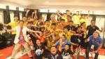 Clip HLV U19 Việt Nam hôn quốc kỳ trên áo học trò, mừng đại công