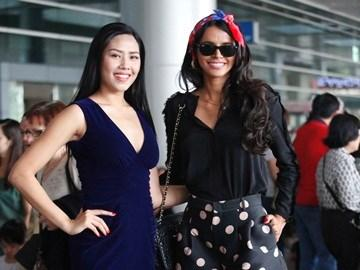 Nguyễn Thị Loan đọ dáng cùng Hoa hậu thế giới
