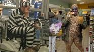 Ảnh hài: Đi siêu thị là phải... 'dị'