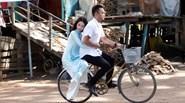 """""""Người yêu đại gia"""" Petey Nguyễn chở Ngọc Trinh bằng xe đạp cà tàng"""