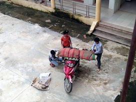 Lại xôn xao hình ảnh chở thi thể quấn chăn bằng xe máy