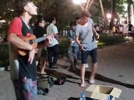 Clip: Chàng trai Tây tự tin đàn hát xin tiền trên phố đi bộ hồ Gươm