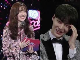 """""""Nàng cỏ"""" Goo Hye Sun được chồng tỏ tình ngay tại lễ trao giải tvN10 Awards"""