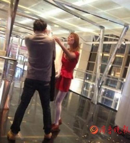 Cãi nhau đòi chia tay, cô gái lột nội y giữa ga tàu điện ngầm bắt bạn trai mặc - Ảnh 5.