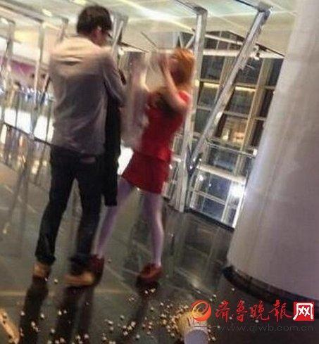 Cãi nhau đòi chia tay, cô gái lột nội y giữa ga tàu điện ngầm bắt bạn trai mặc - Ảnh 4.