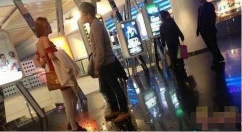 Cãi nhau đòi chia tay, cô gái lột nội y giữa ga tàu điện ngầm bắt bạn trai mặc - Ảnh 3.