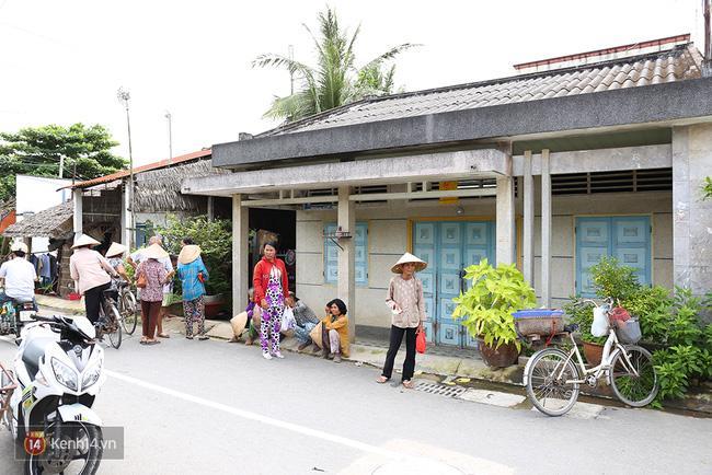 Người dân tấp nập đến nhà lão nông trúng 92 tỷ xin từ thiện - Ảnh 1.