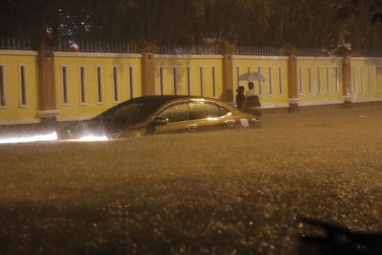Một ô tô bị nhấn chìm vào tối 17-10 ngay vị trí hố ga đã nuốt cháu Hiếu