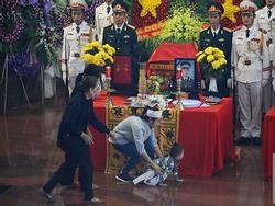 Nhói lòng hình ảnh người thân đau buồn tiễn biệt 3 phi công trong vụ máy bay rơi ở Vũng Tàu