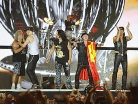 Hơn một vạn khán giả hát vang hit kinh điển Still Loving You với Scorpions