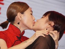 Tiểu S nắn ngực Huỳnh Hiểu Minh, hôn môi nhiều khán giả nữ